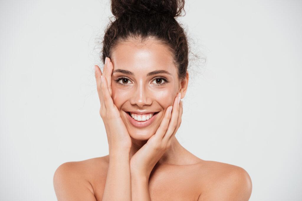 Wspomnienie lata. Dlaczego warto używać kosmetyków z filtrem przez cały rok? fot. Freepik
